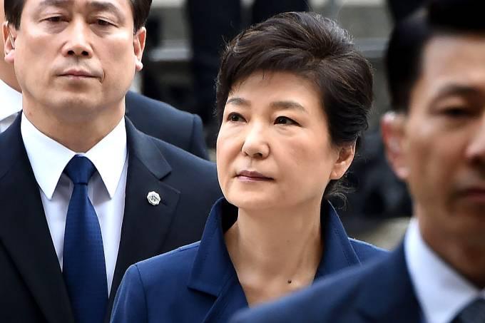 Park Geun-hye, ex-presidente da Coréia do Sul, indo para a audiência que decidirá se ela será presa por corrupção e abuso de poder – 30/03/2017