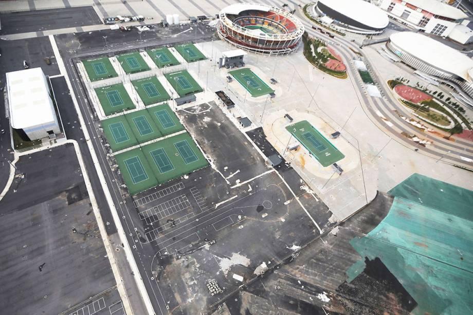 Quadras de tênis no  Olímpico da Rio 2016, abandonado 7 meses após os jogos