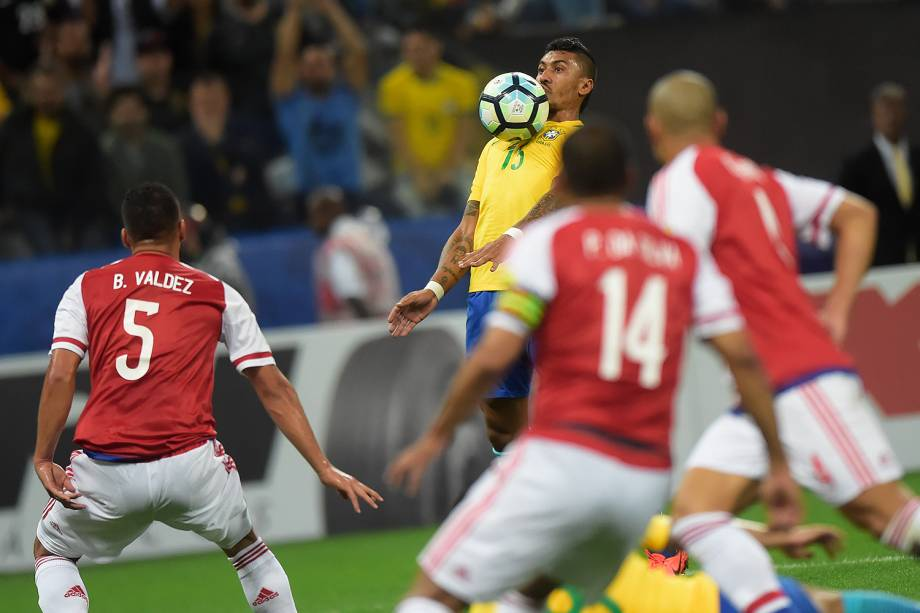 Paulinho domina a bola durante partida contra o Paraguai