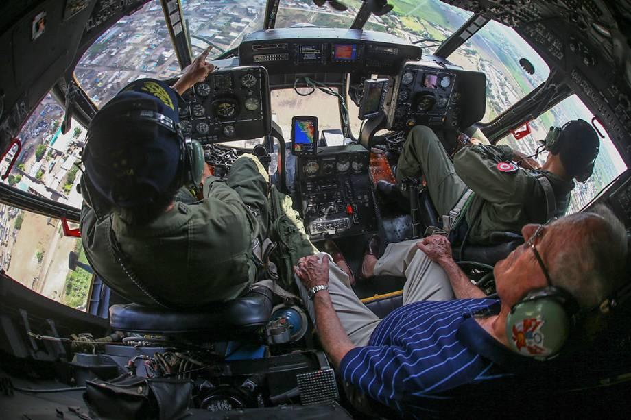 O presidente do Peru, Pedro Pablo Kuczynski, observa de um helicóptero as enchentes na cidade de Trujillo, no Peru - 21/03/2017