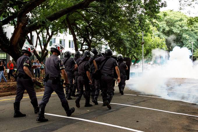 """Policiais são acionados durante protesto de alunos e professores da USP contra a """"PEC do Fim Da USP"""""""