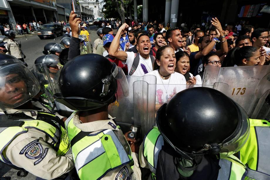 Manifestantes e guarda nacional bolivariano entram em confronto em frente à Suprema Corte de Caracas, na Venezuela - 31/03/2017