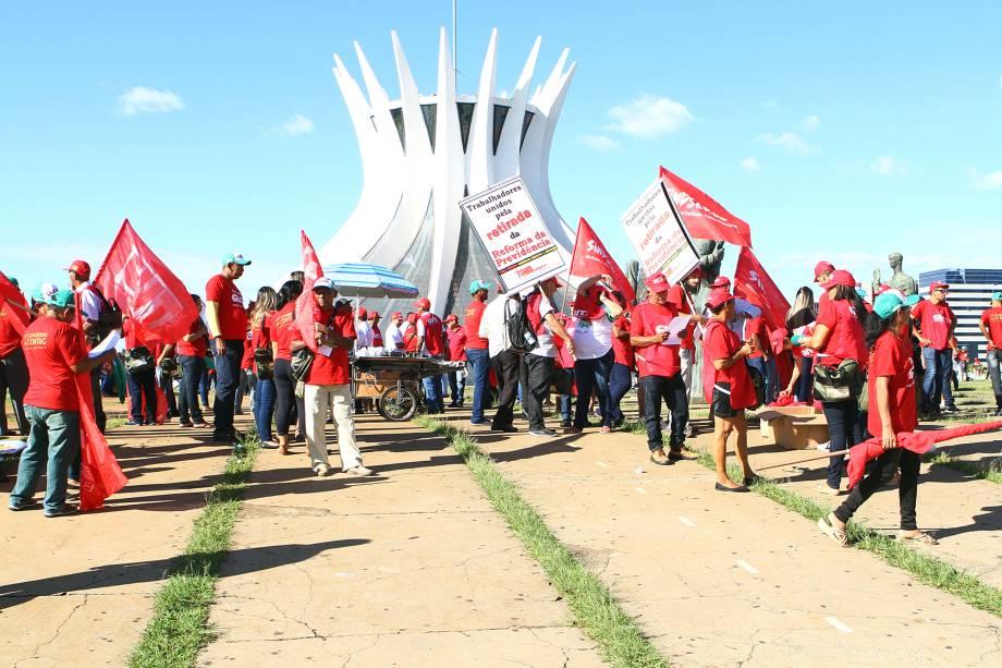 Movimentos sociais e de trabalhadores protestam em Brasília contra as reformas na Previdência propostas pelo governo Michel Temer - 15/03/2017