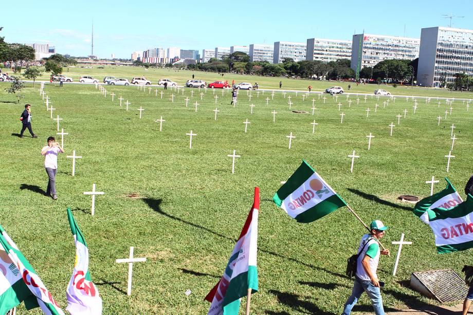 Cruzes são espalhadas pelo jardim do Palácio do Planalto em manifestação contra as reformas trabalhista e da Previdência, ambas propostas pelo governo Michel Temer - 15/03/2017
