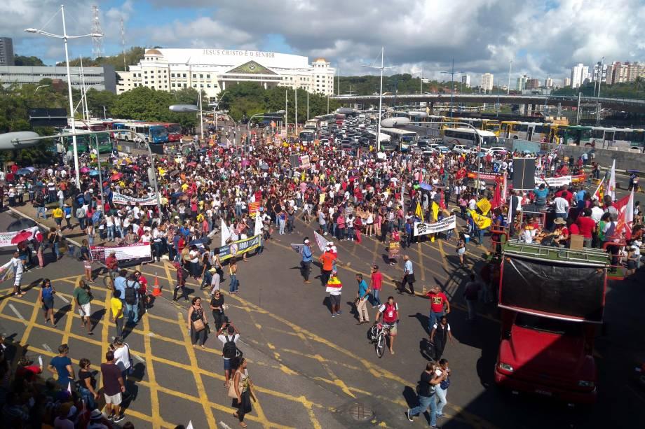 Manifestantes protestam na Avenida ACM, em Salvador, Bahia, contra as reformas trabalhista e da Previdência propostas pelo governo Michel Temer - 15/03/2017