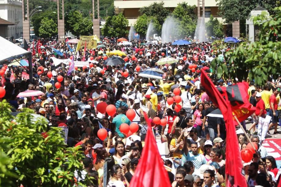 Manifestantes em Belo Horizonte, Minas Gerais, se concentram na Praça da Estação para protestar contra às reformas trabalhista e da previdência propostas pelo governo Michel Temer - 15/03/2017