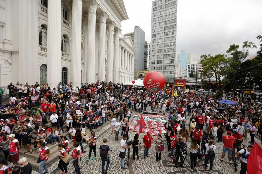 Manifestantes protestam na Praça Santos Andrade, em Curitiba, Paraná, contra as reformas trabalhista e da Previdência propostas pelo governo Michel Temer - 15/03/2017