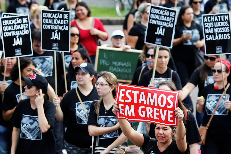 Trabalhadores de vários setores aderem ao Dia Nacional de Mobilização e fazem uma caminhada em protesto contra a reforma da Previdência em direção ao Palácio do Governo do Estado, em Curitiba (PR) - 15/03/2017