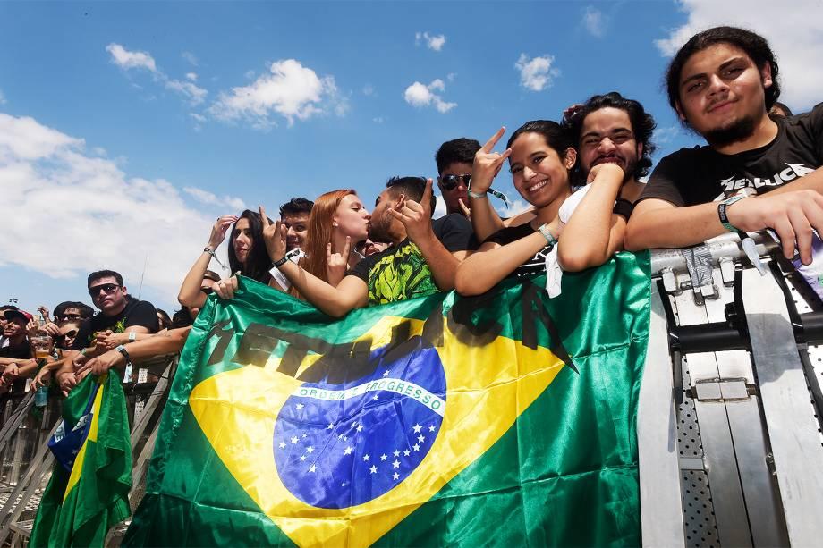 Fãs de Metallica aguardam na grade do palco principal pelo show mais esperado do primeiro dia da 6ª edição do Lollapalooza