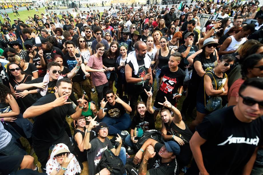 Fãs de Metallica aguardam desde a abertura dos portões na grade do palco principal pelo show mais esperado do primeiro dia da 6ª edição do Lollapalooza