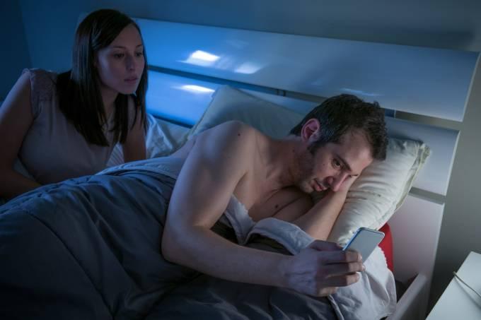 Homem acessando pornografia