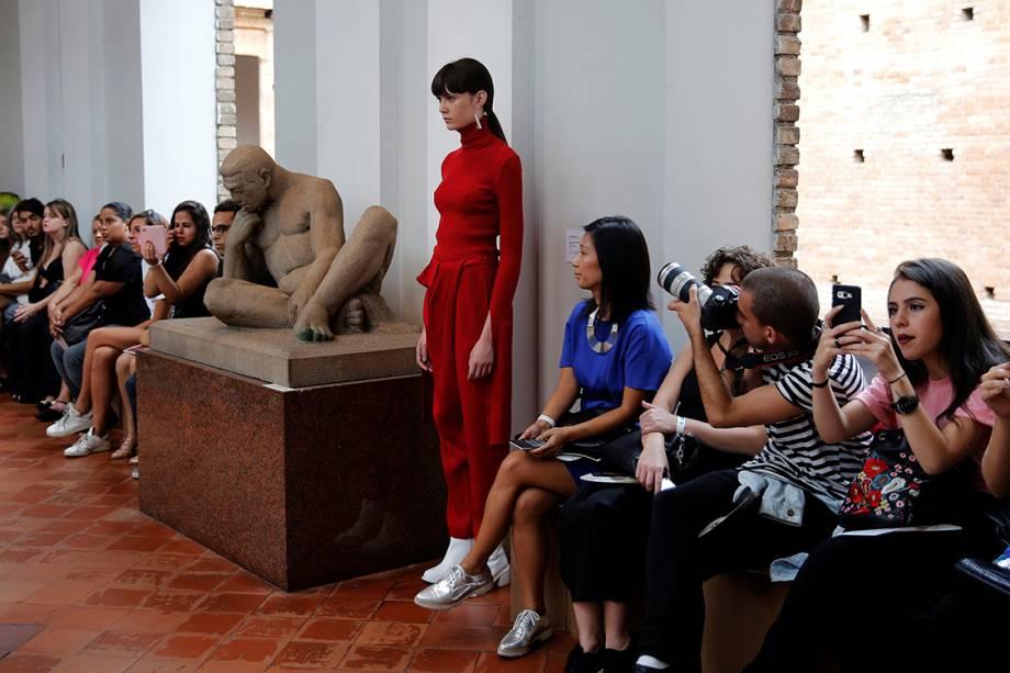Modelo desfila durante apresentação da estilista Uma Raquel Davidowicz, na São Paulo Fashion Week