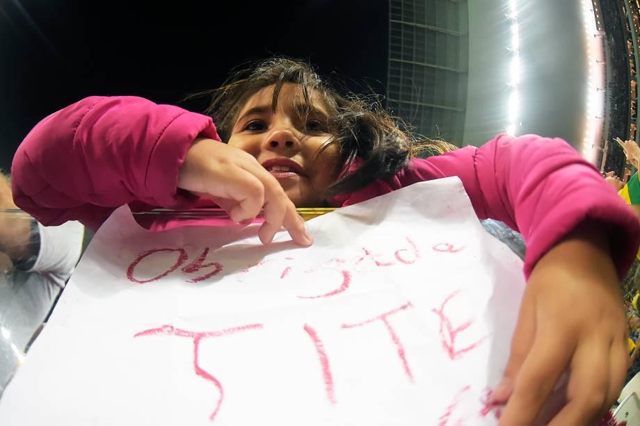 Torcida homenageia Tite no Itaquerão durante partida contra o Paraguai