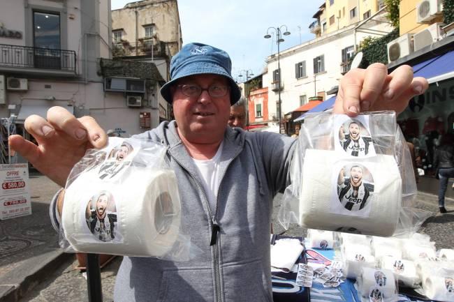 Comerciante vende papel higiênico com retrato de Higuaín, em protesto contra a saída do jogador do time do Nápoli pelo Juventus