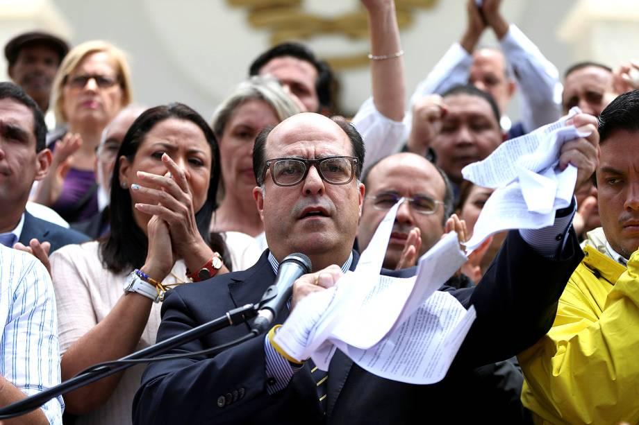 Julio Borges, presidente da Assembleia Nacional e deputado da coalizão de partidos da oposição (MUD), rasga cópia da sentença proferida pela Corte Suprema da Venezuela, em Caracas, Venezuela - 30/03/2017
