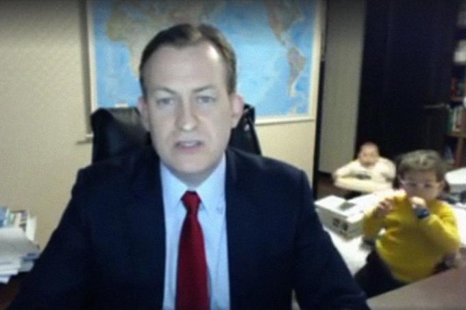 Bebês aparecem em vídeo-conferência durante entrevista na televisão