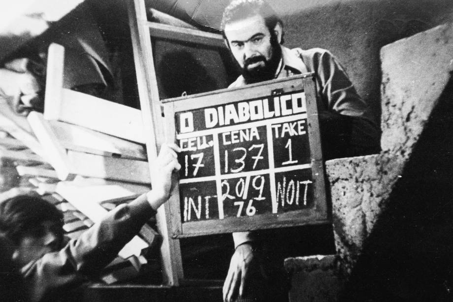 """José Mojica Marins no set de filmagens de """"O Diabólico Mundo do Zé do Caixão"""", de sua direção - (1976)"""