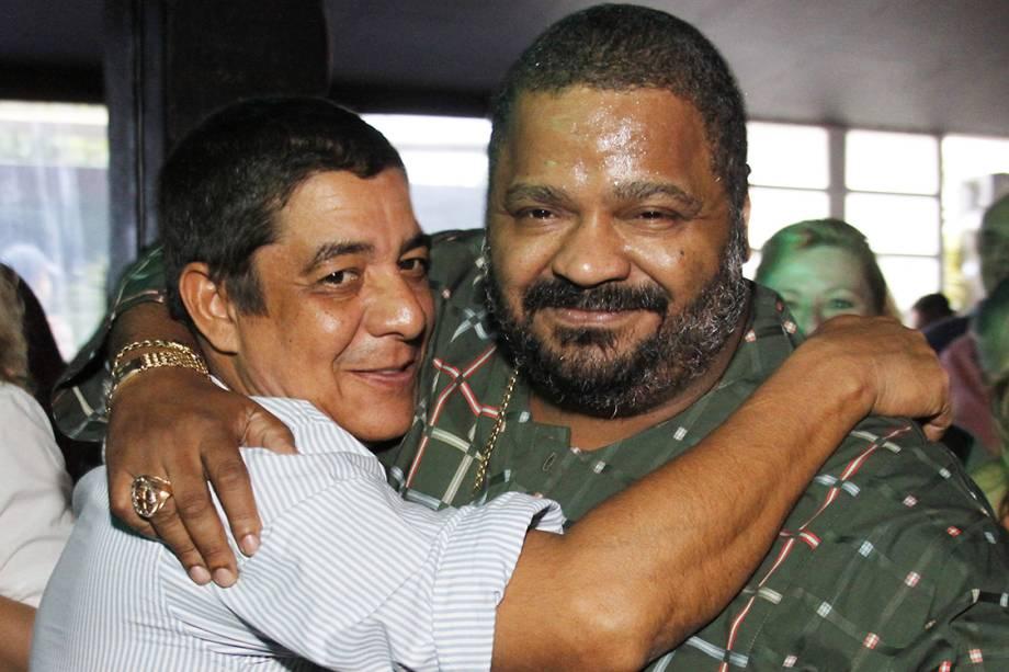 Zeca Pagodinho abraça Arlindo Cruz na abertura do projeto Quintal do Pagodinho, no Píer Bar, na Barra da Tijuca - 17/07/2012