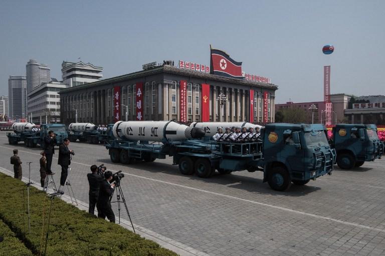 Coreia do Norte exibe mísseis ICBM em parada militar