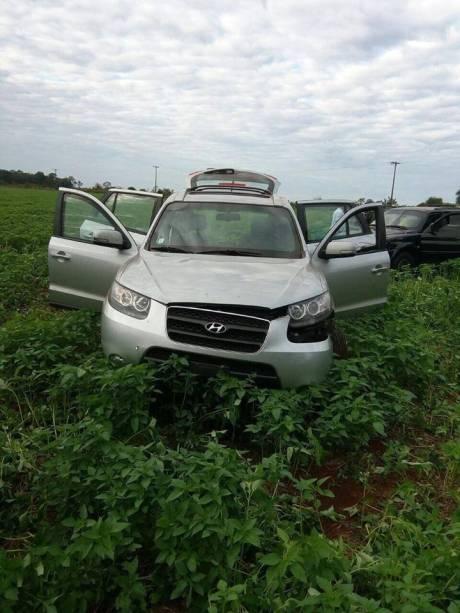 SUV apreendida pela polícia durante fuga de criminosos após assalto no Paraguai