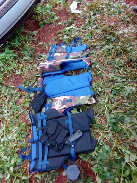 Coletes e cartuchos de fuzil apreendidos pela polícia