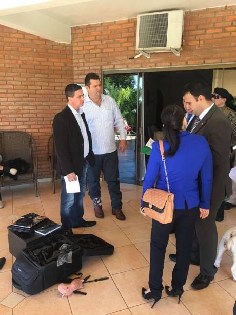 Brasileiro Wellington Thiago de Miranda Rossini (ao fundo) detido por suspeita de participação no assalto à Prosegur no Paraguai