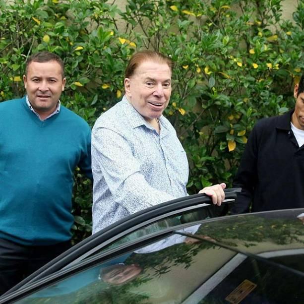 Silvio Santos foi cercado por jornalistas ao sair de sua residência