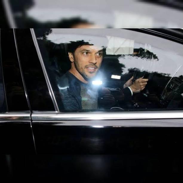 Pouco antes da festa, o noivo, Fabio Faria, foi visto saindo da casa para os últimos preparativos