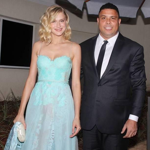 Ex-jogador Ronaldo <span>chega ao casamento acompanhado de sua mulher, Celina Locks</span>