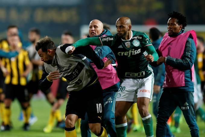 Palmeiras x Peñarol: Felipe Melo e Matias Mier trocam agressões