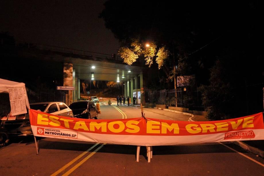 Manifestantes estendem um faixa em frente ao pátio da estação Jabaquara, zona sul de São Paulo - 28/04/2017
