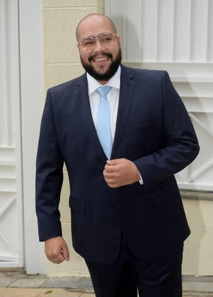 Tiago Abravanel chega para o casamento da prima Patricia Abravanel