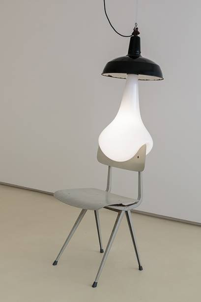6. Pieke Bergmans. Lâmpada / cadeira (light bulb / chair). 2015. Vidro, led, friso. 84 X 43 X 40 CMS