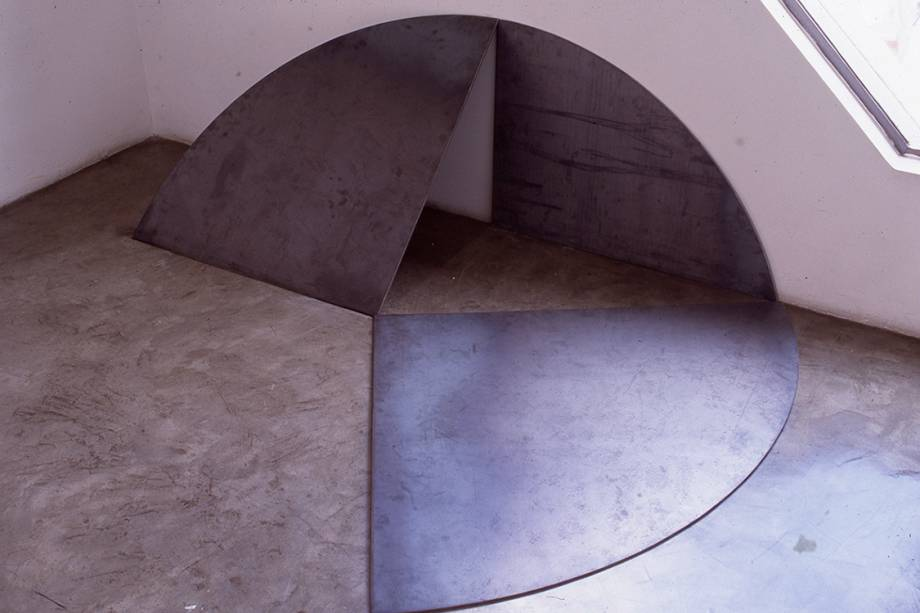 9. John Castles. Circular (Homenaje a Carlos Rojas). Acero. 78 x 220 x 167.5 cm. 1994