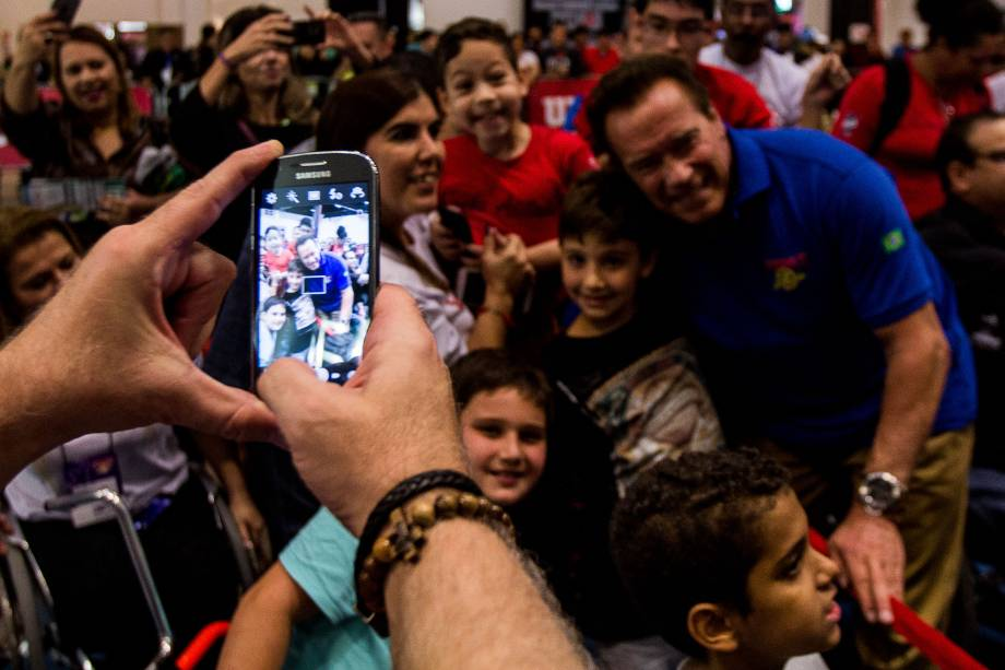 Arnold Schwarzenegger é cercado pelo público durante o evento Arnold Classic South America realizado no Transamérica Expo Center em São Paulo