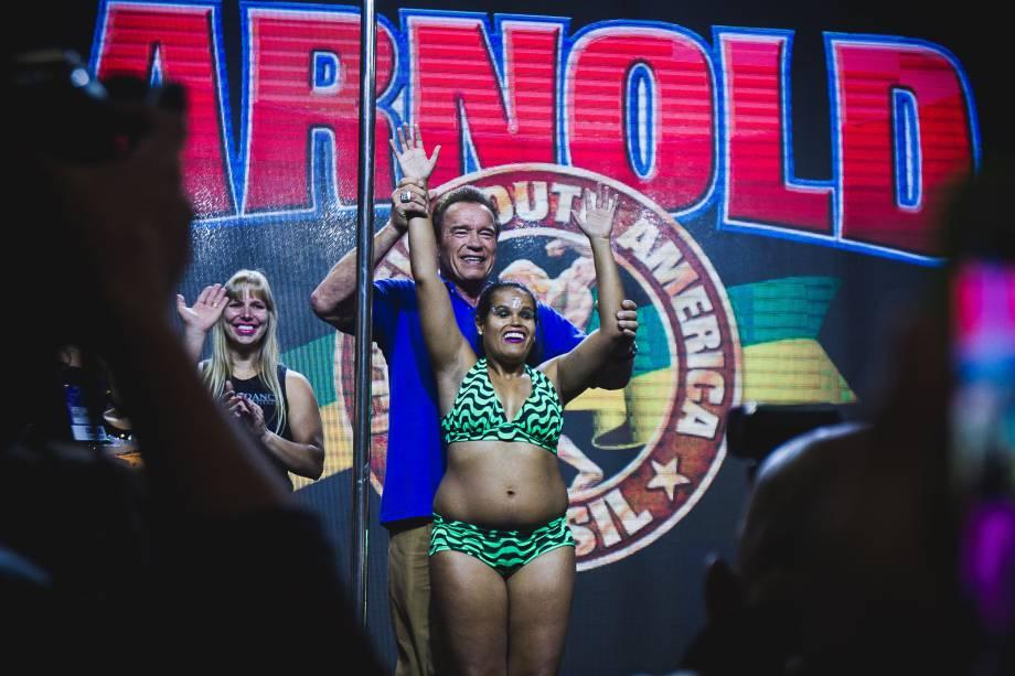 Arnold Schwarzenegger posa com praticante de pole dance deficiente visual