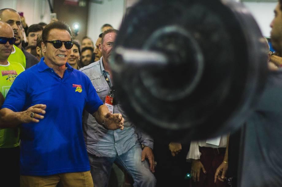 Arnold Schwarzenegger vibra com exibição de levantamento de peso