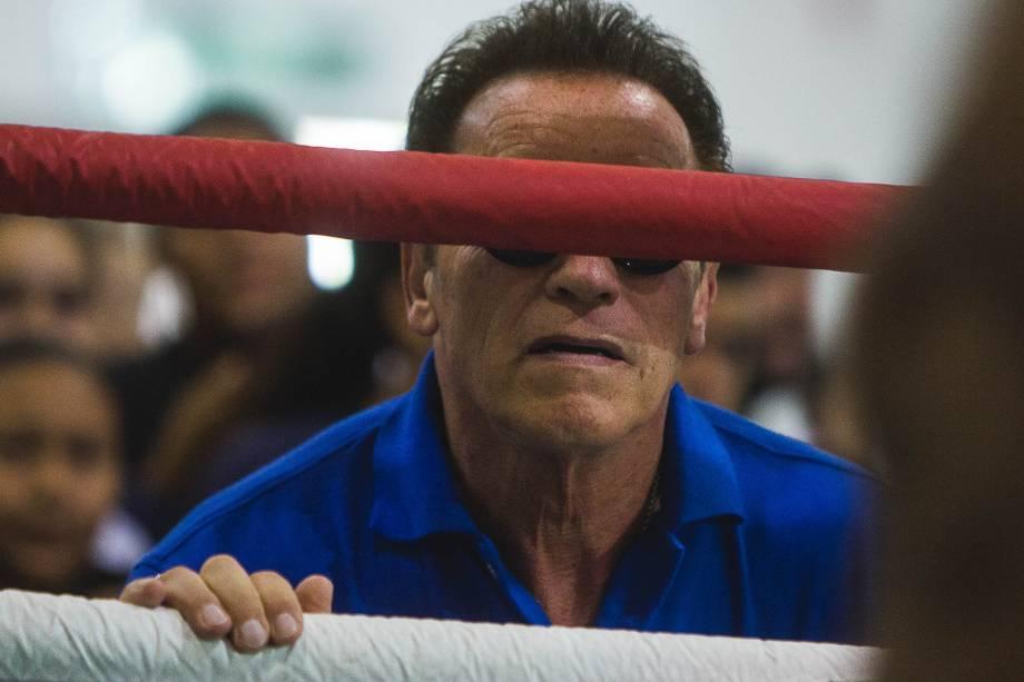 Arnold Schwarzenegger assiste uma exibição de Muay Thai durante o evento Arnold Classic South America em São Paulo