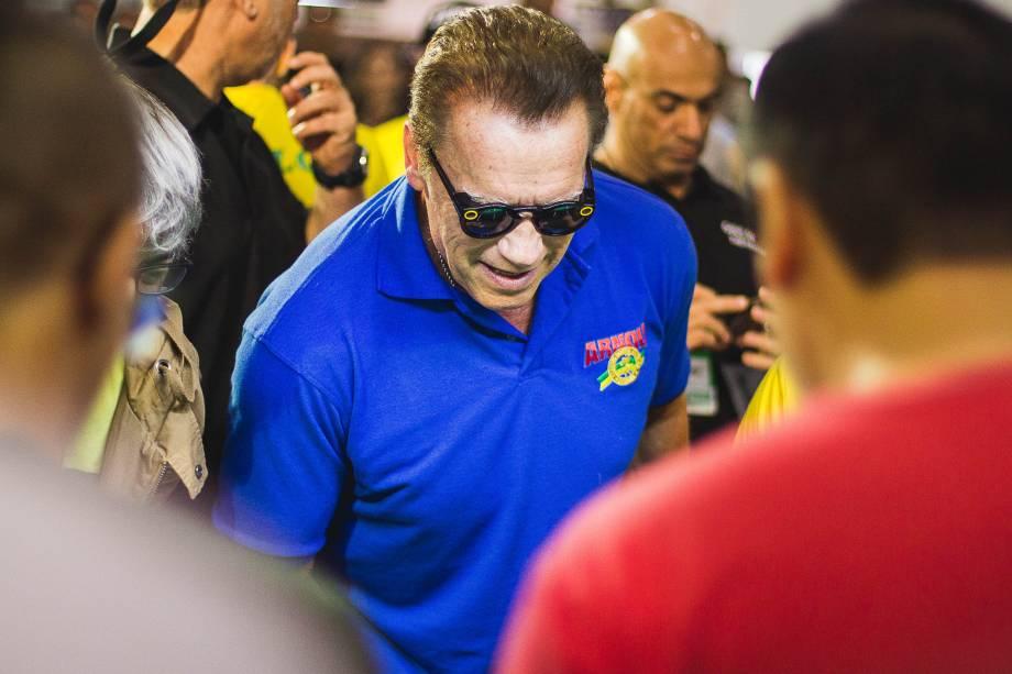 Arnold Schwarzenegger joga pembolim durante o evento Arnold Classic South America em São Paulo
