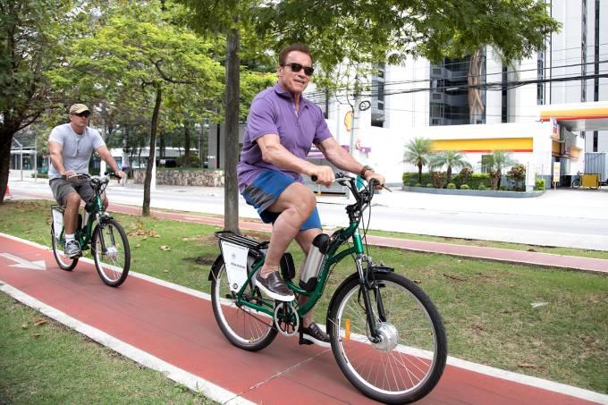 Arnold Schwarzenegger anda de bicicleta em São Paulo, SP – 23/04/2017