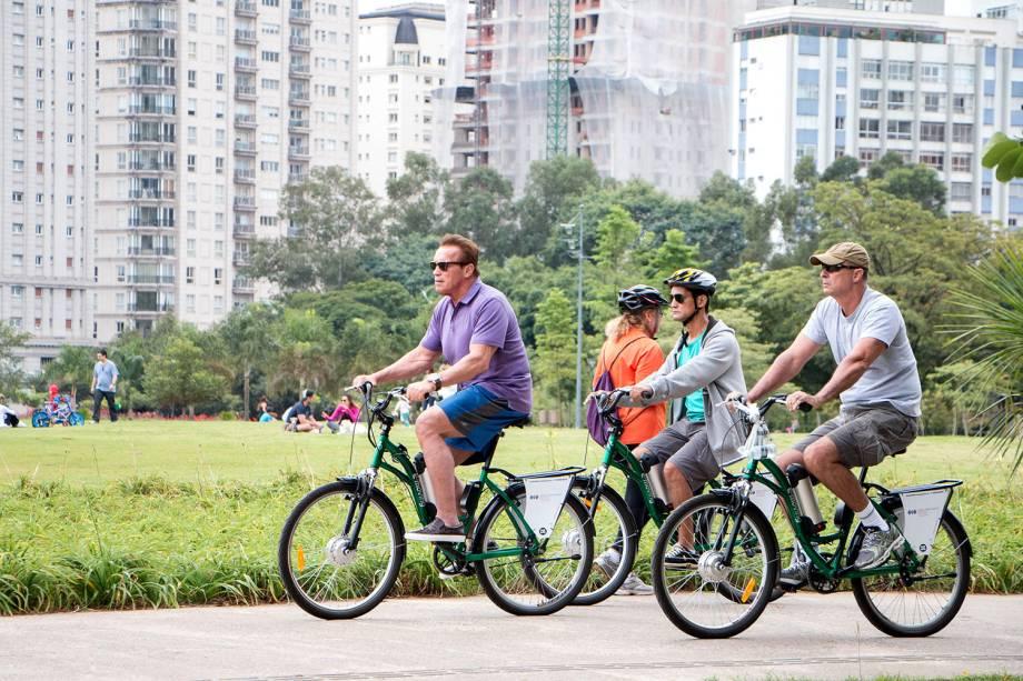 Arnold Schwarzenegger anda de bicicleta em São Paulo