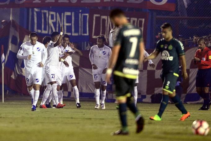 Jogadores do Nacional do Uruguai comemoram gol contra a Chapecoense, pela Copa Libertadores, em Montavidéu