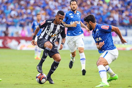 Disputa de bola na partida entre Atlético-MG e Cruzeiro, pelo Campeonato Mineiro, no Mineirão