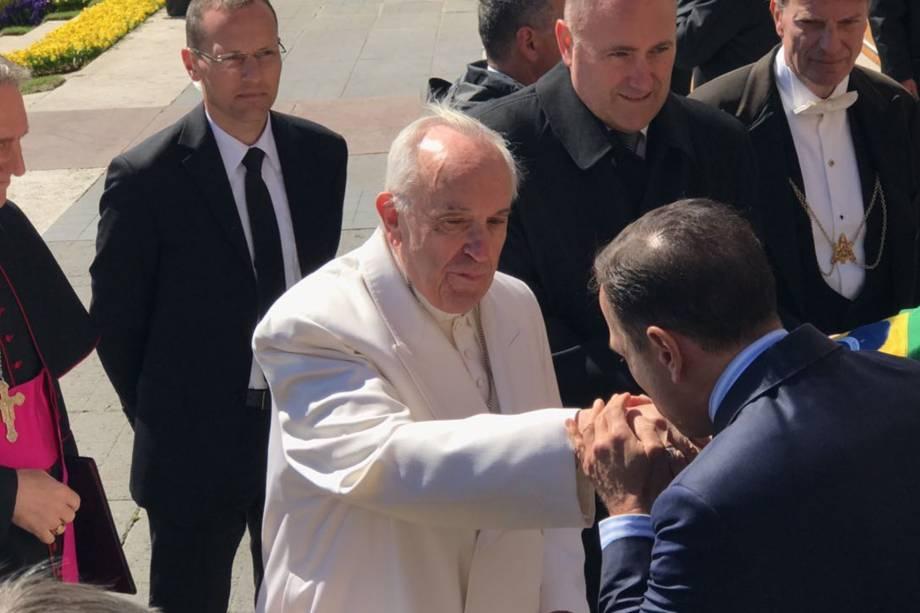João Doria beija a mão do Papa Francisco