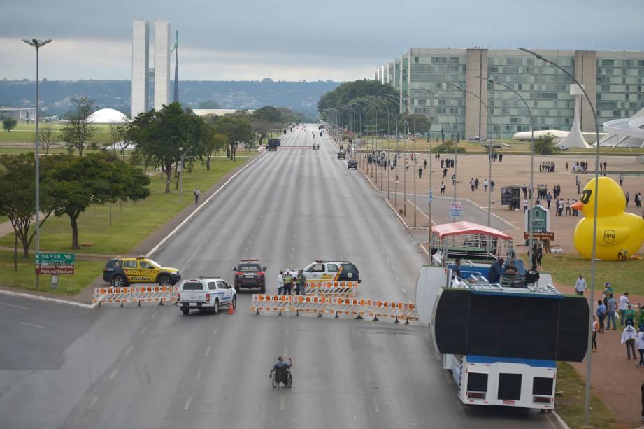 Os dois sentidos da Esplanada dos Ministérios são interditados para veículos, por causa dos atos convocados pelas centrais sindicais e pelas redes sociais