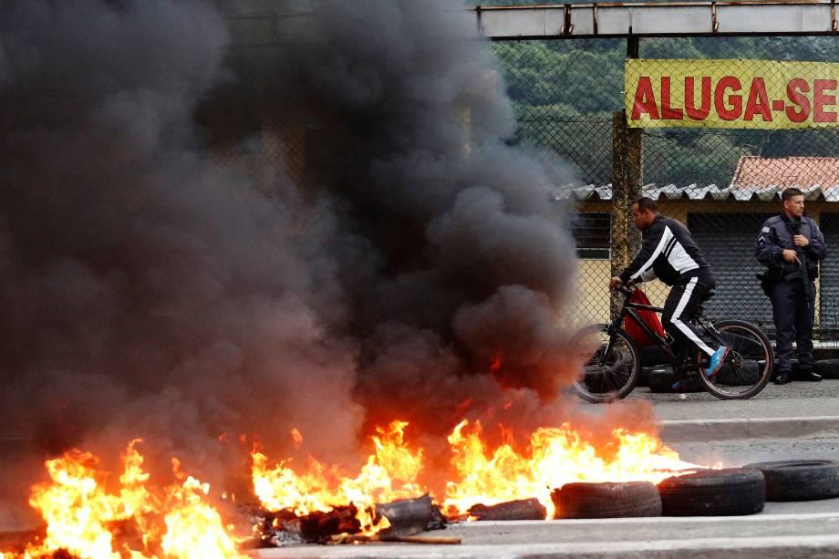Manifestantes ateiam fogo a pneus na avenida Ragueb Chohfi, zona leste de São Paulo durante dia de greve geral convocada por sindicatos em todo o País - 28/04/2017