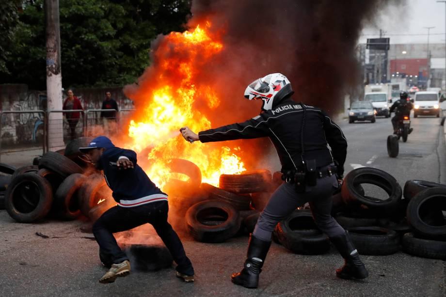 Policial utiliza spray de pimenta conta manifestante durante interdição na avenida Ragueb Chohfi, zona leste de São Paulo - 28/04/2017