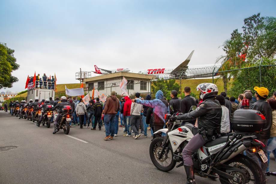 Manifestantes são seguidos pela polícia militar durante ato em frente aeroporto de Congonhas, na zona sul de São Paulo - 28/04/2017