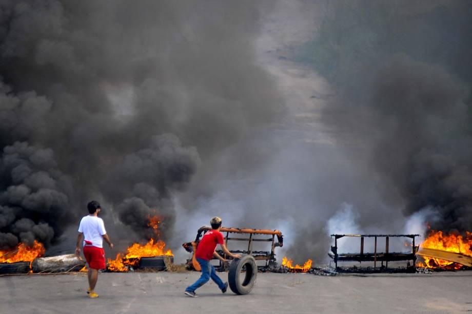 Protesto complica trânsito na BR-101 Sul, no Jardim São Paulo, no Recife. O ato faz parte do movimento nacional contra as a reforma da Previdência e  trabalhista - 28/04/2017