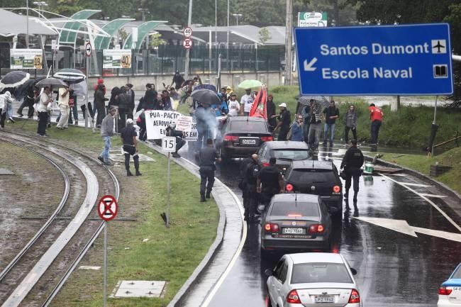 Manifestantes fecham a via de acesso ao Aeroporto Santos Dumont